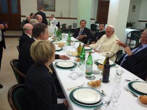 Un grupo de evangélicos, entre llos palmer, almuerza con Francisco